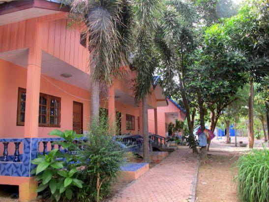 Phi Phi Valentinessa majoituimme yhteen tämän rivistön huoneista.
