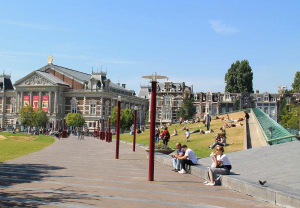 Museumpleinin puisto Van Gogh- ja Rijksmuseoiden luona.