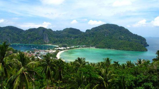 Phi Phi on kukkulaista, ja majapaikat ja palvelut ovat keskittyneet rannoille. Tonsain kylä sijaitsee matalalla kannaksella ja on saaren keskus.