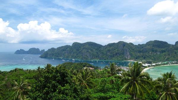 Phi Phin saaria on kaksi, kauempana näkyy (lähes?) asumaton eteläisempi Phi Phi Leh, jonka Maya Baylle järjestetään venereissuja. Majoitukset ja bileet ovat pohjoisemmalla Phi Phi Donilla jossa on myös oikealla näkyvä matala Tonsain kannaskylä.