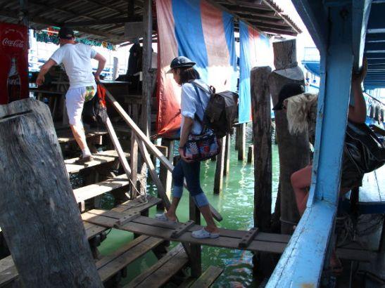 Rantautuminen Koh Sametille. Thaimaassa joutuu kävelemään veneisiin tällaisia lankkuja pitkin.