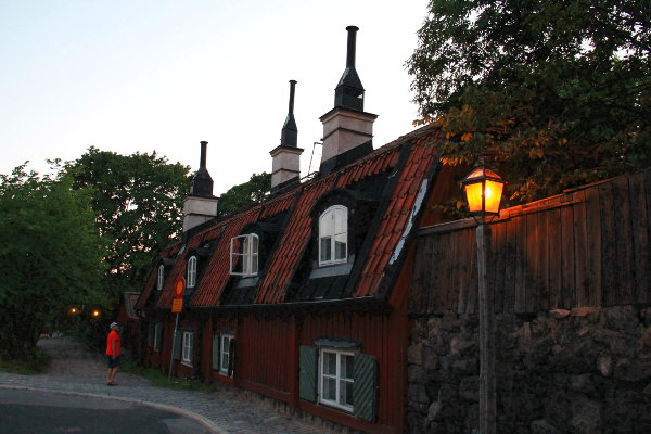 Viking Linen terminaalin yläpuolen kaduilta löytyy vanhoja taloja.