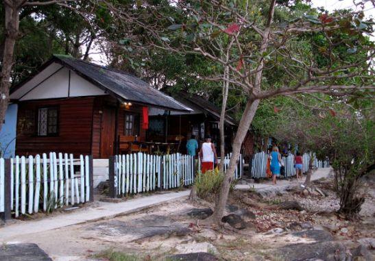 Ao Pudsalta/Tubtimiltä Ao Phaille kulkeva rantapolku ja kivoja bungaloweja, joiden hinnat ovat enemmän kuin minun budjettini sallii.