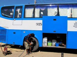 Matkalla Bangkokista Ban Phehen bussista puhkesi kumi. Valtion bussit näyttävät tyypillisesti tältä ja suosin niitä.