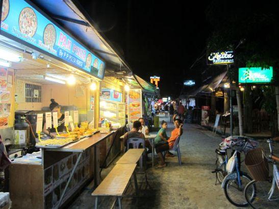Iltaisin Tonsailla avautui snack-ruokia myyvä kuja.