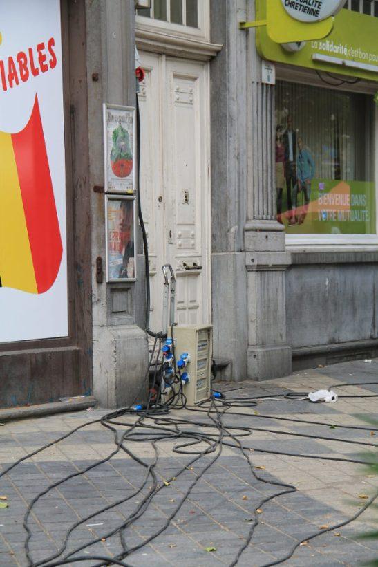 Johtoja Parvis de Saint Gilles -kadulla. Suomessa joku jalankulkija näihinkin kaatuisi.