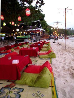 Kolmiotyynyt hiekalla Silver Sandin ravintolan edessä.