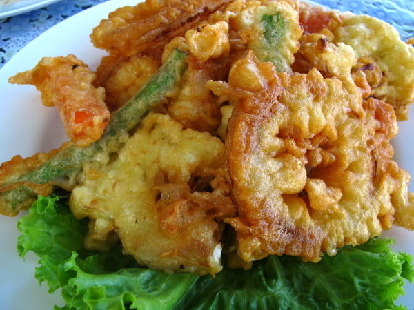 Joskus on kiva mässätä tempuravihanneksilla. Näissä on kylläkin vegaanille semmoinen kömmähdyksen mahdollisuus, jos taikinassa onkin käytetty kananmunaa.