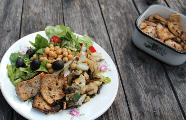 Tofut lautasella muiden kesäruokien kera.