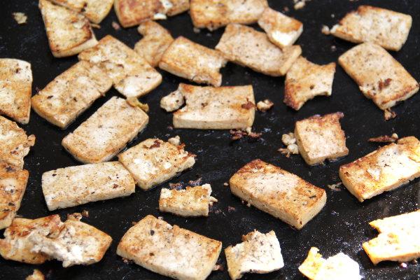 Eri tavoin marinoitu tofuerä paistumassa.