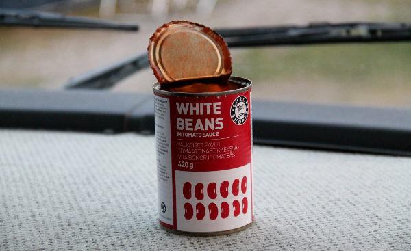 Valkoiset pavut tomaattikastikkeessa ovat nopea ruoka. Minä syön niitä vaikka suoraan purkista, mutta olenkin reissarina tottunut keksimään ruokia, jotka voi vetäistä vaikka seisaaltaan kaupan pihalla.