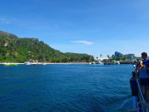 Matkustimme Koh Lantalta Phi Phille. Ennen rantaa pysähdyimme, kun Phuketiin matkalla olleet vaihtoivat venettä.
