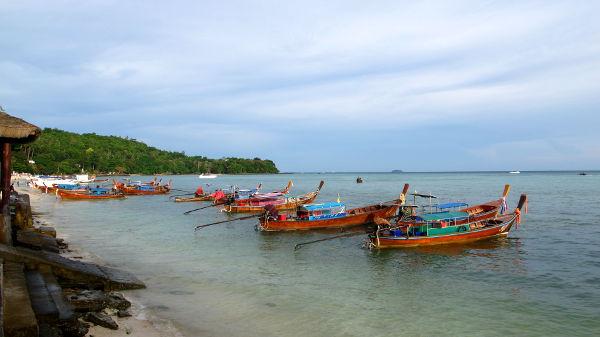 Veneitä Tonsain eteläisemmällä rannalla, jonka varrella vaikutti olevan kalliimpia resortteja.