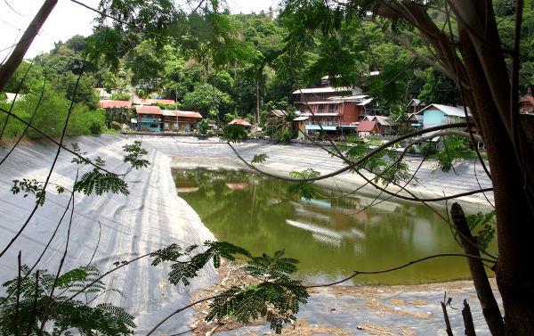 Vedenkeruuallas. Phi Phillä, kuten niin monilla saarilla ja muissa paikoissa, on pulaa makeasta vedestä.