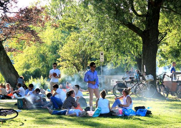 Vaikka savuaa, tämä ei ole pössyttelijöiden joukkokokoontuminen vaan Vondelparkin puistossa alue, jossa saa grillata.