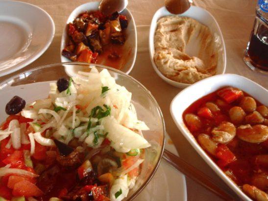 Otin Istanbulista Bosporin salmen risteilyn ja jäin pois risteilyn pohjoisimmassa Anadolu Kavagin kylässä.  Perillä kävin muiden turistien tapaan syömässä yhdessä laituriravintoloista. Tilasin kunnolla: paistettua munakoisoa, hummusta, isoja valkoisia papuja ja hyvän salaatin.