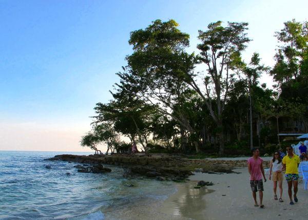 Ao Phain eteläpää, niemekkeen takana on Ao Pudsa. Tässä rannan eteläpäässä sijaitsee kallis ja hieno bungalowpaikka Villa Samed Resort.