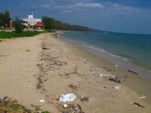 Hiekkaranta Ban Phen sataman lähellä oli törkyinen. Kauempaa löytyisi varmasti kivojakin rantoja.