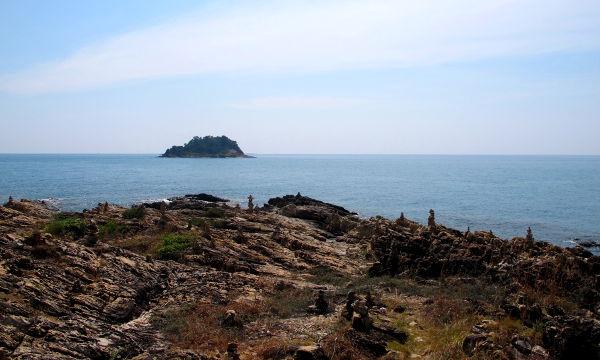 Koh Sametin eteläkärjestä pilkottaa kallioinen saari.