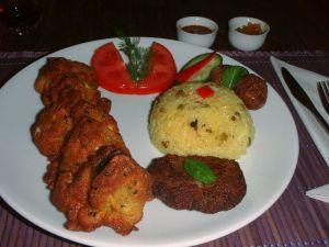 Govindakssta sai kasvissaslikannoksen, jossa oli vartaan lisäksi kasvispihvi, falafelpyörykkä ja riisiä maustekastikkeiden kera.