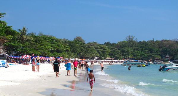 Had Sai Kaewin ruuhkainen pohjoispää kannattaa jättää väliin, koska saarella on lyhyen kävelymatkan päässä niin paljon kivempia rannanpätkiä kuin tämä.