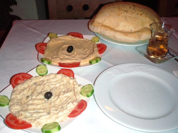 Tavallisen ravintolan listalta Istanbulin vanhassa kaupungissa löytyi hummusta ja babaganoush-munakoisotahnaa leivän kera syötäväksi. Babaganoush ei tuolloin ollut minulle kovin tuttua ja epäilin kovasti että tahnan joukossa olisi ollut jugurttia. Mutta myöhemmin tuota herkkua syödessäni olen voinut todeta sen tosiaan maistuvan hiukan kermaiselta ja happamalta.
