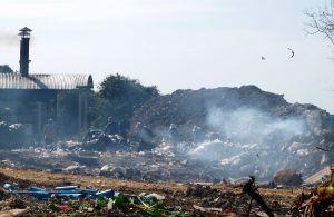 Höyryävä kaatopaikka Thaimaan Koh Sametin saarella.