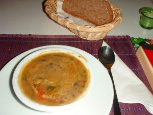 Linssikeittoa alkupalana Istanbulin Govinda´sin kasvisravintolassa.