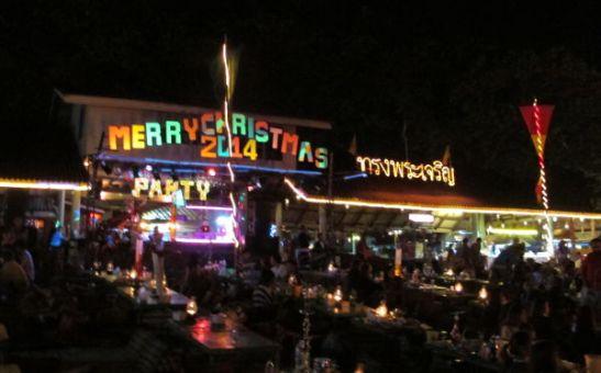 Joulu näkyi saarella lähinnä tällaisina ilovaloina, jotka sopivat hyvin aasialaiseen makuun.