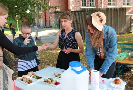 Wow such Veganin kojun tuotot menivät eduskuntavaaliehdokkaaksi pyrkivän Mia Haglundin kampanjan hyväksi (Mia kuvassa oikealla).