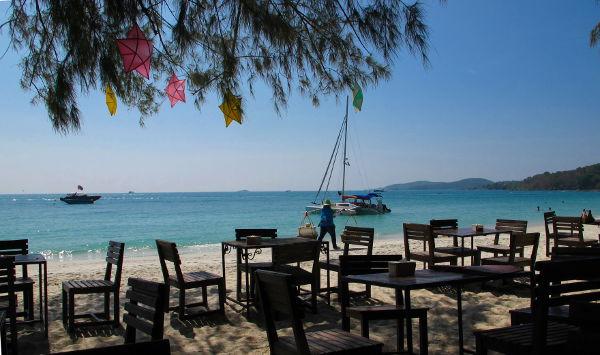 Näkymä rannalle Jep´sin ravintolasta. Jep´s on majapaikka, joka joskus on ollut tosi halpa, mutta on nyt nostanut tasoaan ja hintojaan.