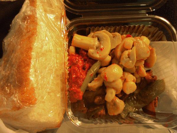 Reissun parhaita suupaloja söin saapuessani Atatürkin lentokentälle ja ostettuani kellarikerroksen kaupasta ruokatiskiltä marinoituja salaatteja. Saapuessani olin nälkäinen ja söin nämä ennen kuin suunnistin keskustaan.