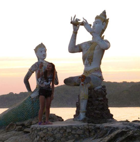 Ao Sai Kaewin eteläpäässä sijaitsee tämä merenneitopatsas. Näihin liittyy kuuluisia thaimaalainen taru.