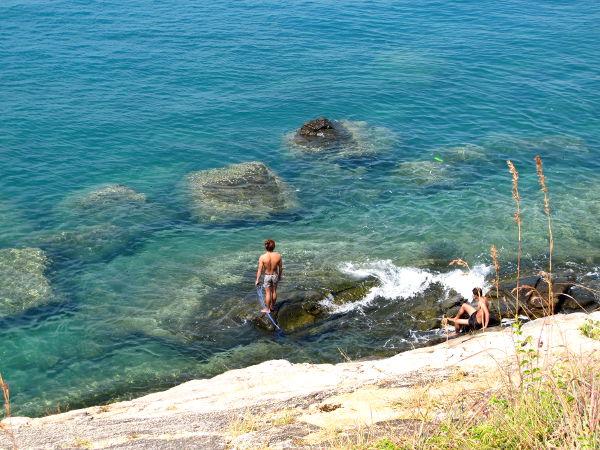 Länsiranta on suurimmaksi osaksi kivikkoista ja kallioista.