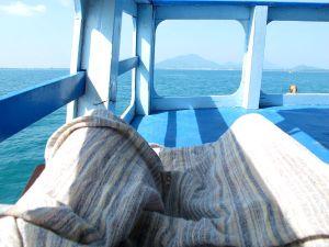 Paitsi että käytin aurinkovoidetta, saatoin peittää jalkani kuten vaikkapa tässä laivan kannelta jotta sääret eivät kuivuisi turhaan aurinkoa saadessaan.