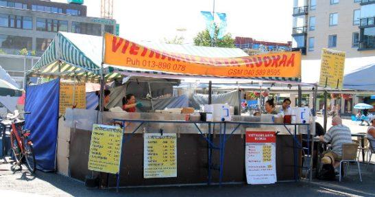 """Torilla oli """"vietnamilaista ruokaa"""" tarjoileva koju, jonka pannulla näytti olevan riisi-vihannesseosta, joka voisi edustaa vähän mitä vain ruokakulttuuria."""