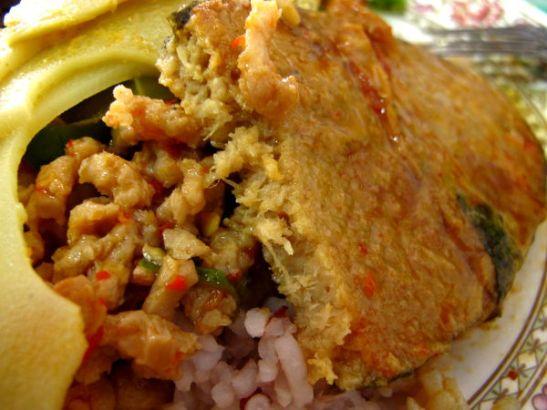 Iltatorikadun päässä olevasta kasvisravintolasta saa Thaimaan ravintoloista tuttuja kalamaisia kasvispihvejä.