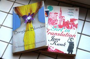 Bangkok Blondes -kirjassa on Bangkokin naisten kirjoitusryhmän jäsenten kirjoittamia tarinoita. Girl in Translation on toinen sellaisista lukemistani kirjoista, joissa kuvataan Kiinasta Yhdysvaltoihin muuttaneen perheen tarinaa nuoren tytön näkökulmasta.