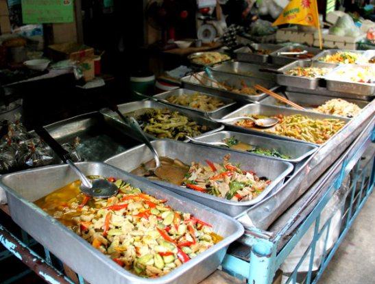 Currykoju, eli currykojuiksi sanotaan tällaisia, joissa on valmiiksi valmistettuja sekoituksia, sekä currykastikkeessa että ilman, ja jotka tarjotaan riisin kera.