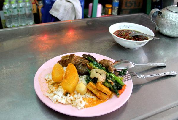 Curryruokaa, joista yksi oli oikeastaan vain curry. Lisäksi otin makeahkossa tummassa liemessä olevia tofuja sekä paistettuja vihanneksia ja sieniä riisini päälle.
