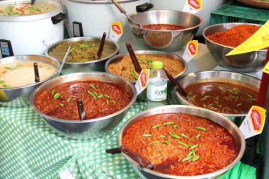 Currykastikkeita. Thaimaassa currytahnoissa on usein kalakastiketta ja katkaraputahnaa ja siksi kasvisfestivaaleilla niitä myytiin paljon.