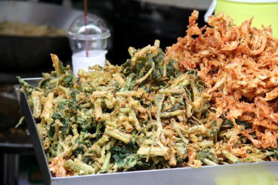 Friteerattuja vihanneksia tempurataikinassa.