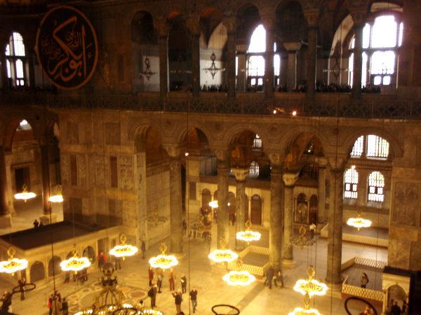 Hagia Sofian seinille on ripustettu suuria arabiankielisiä tauluja aikana jolloin rakennus muutettiin moskeijaksi.