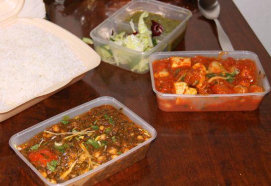 Himalayan take away -ruokia. Salaatin mukana tuleva herne-minttukastike oli loistavaa. Pinaatti-kikhernesoossi oli toiseksi parasta.