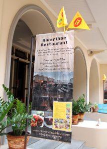 Majapaikkanikin oli varustautunut kelta-punaisilla jay-lipuilla, koska sen ravintolassa oli tarjolla kasvismenu festivaalien aikaan.