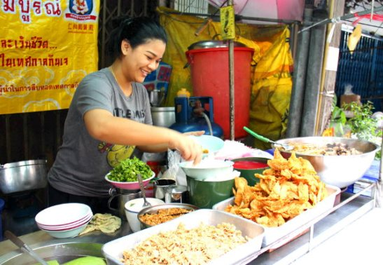 Tämä kuva paljastaa millaisissa tilanteissa kohtaan thaimaalaisia, koska olen turisti. Käsitykseni perustuvat suppeaan kokemukseen ja luettuun tietoon.