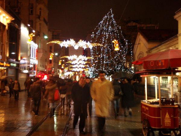 Istiklal Caddesi -katu näytti tältä jouluvalaistuksessa lähellä Taksimin metroasemaa.