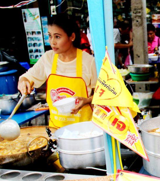 Vegetarian festivaliin osallistuvat kojut oli merkitty tällaisilla keltaisilla lipuilla, joissa on punaista tekstiä. Muutenkin kiinalais-thaimaalaisista jay-kasvisravintolat merkitsevät aina itsensä tällaisilla lipuilla, viireillä tai banderolleilla.