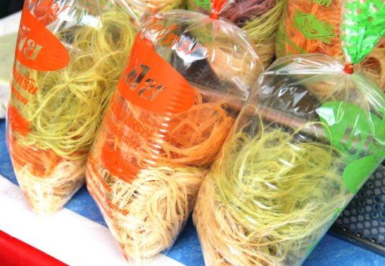 Ihmeellistä hattaramaista jouhta. Epäilen että nämä on tehty gram- eli kikhernejauhoista, joista tehdään kasviskokkeleiden lisäksi esimerkiksi makeita ruokia idässä, kuten halvamaista leivosta.