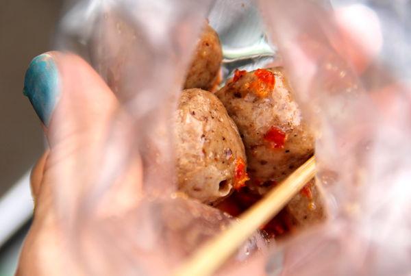 Kojujen antimet laittaan pussiin ja toisinaan maustekastike lorautetaan joukkoon tai annetaan pikkupussissa mukaan. Nämä tällaiset konnyakusta tehdyt pallerot eivät paljoa ime mausteita itseensä.